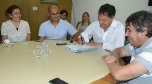 Histórica firma del Convenio Colectivo de Trabajo entre el intendente y el sindicato municipal