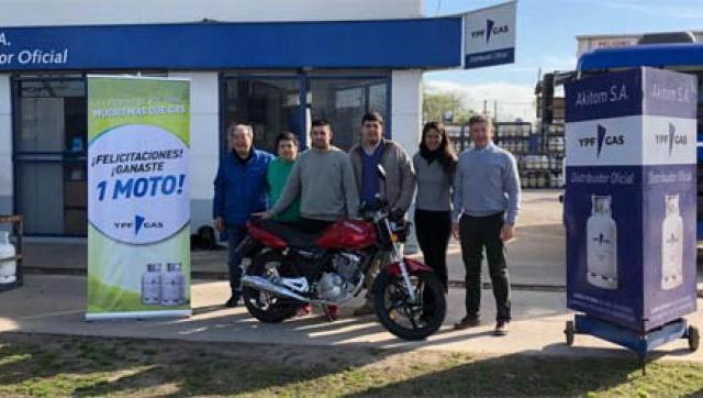 Akitom SA entregó una de las 24 motos sorteadas por YPF Gas