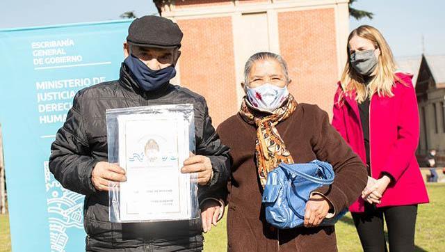 Se entregaron 128 escrituras a familias de Moreno